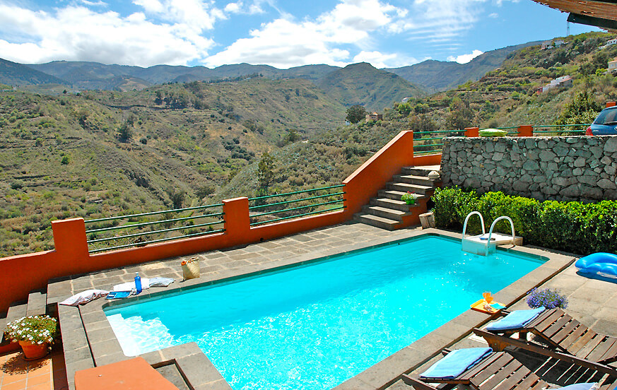 Ferienhaus mit Terrasse, Grill und schönem Blick auf die Berge, ideal für einen Urlaub auf dem Lande