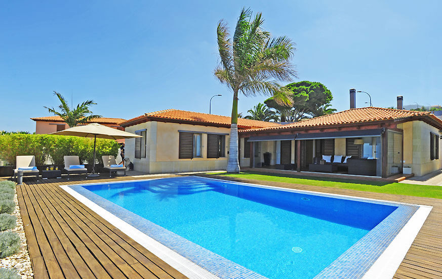 Comfortable luxury holiday villa with private pool and large terrace overlooking the sea and Teide in Tacoronte