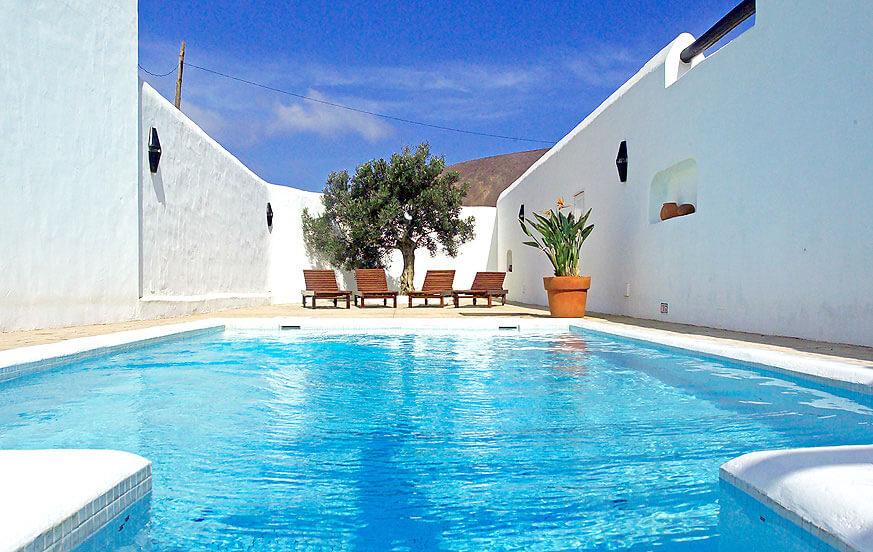Villa dos palmeras con gran terreno en lanzarote for Villas en lanzarote con piscina privada