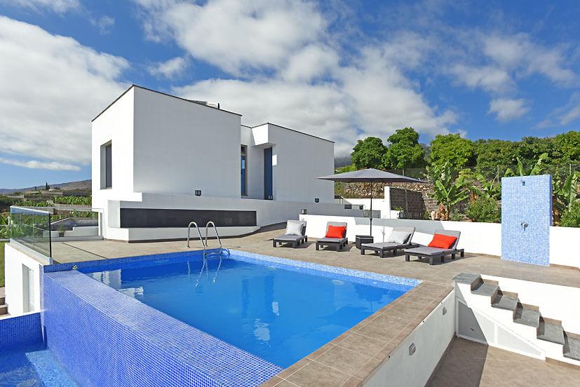 Ljus modern villa med högkvalitativ utrustning, privat och uppvärmd pool och vacker havsutsikt på ön La Palma