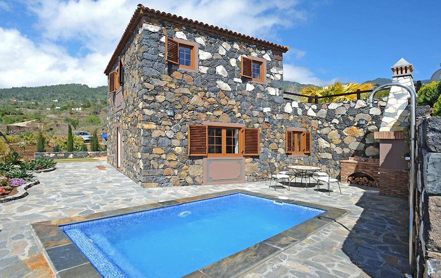 Perfectly renovated Canarian stone house, with private pool, barbecue and beautiful views of the sea and the landscape