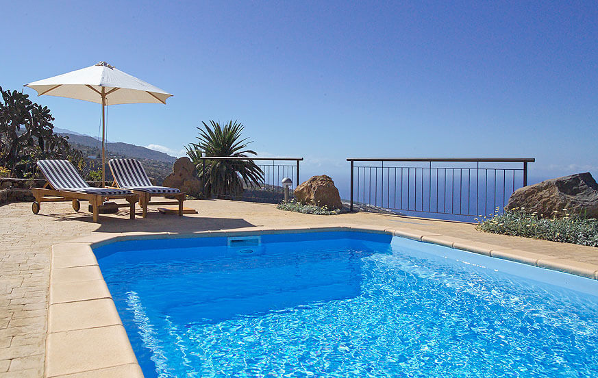 Well maintained and beautiful holiday house, with a great outdoor area with swimming pool and many places to relax and enjoy the great views of the Atlantic Ocean