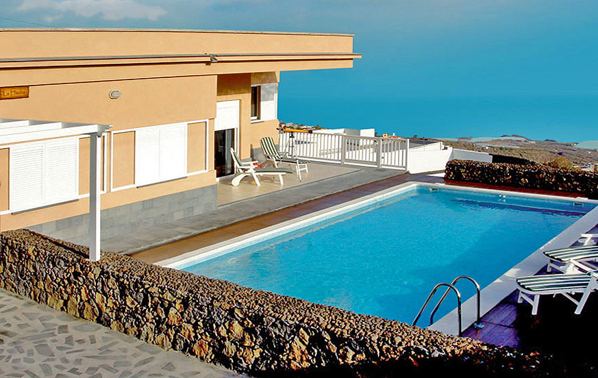 Three-bedroom accommodation with large terrace, barbecue area and private pool in a coastal area of El Hierro with magnificent sea views