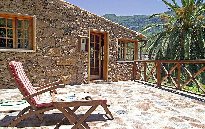 Hübsches Landhaus aus Stein und Holz, schön gelegen in einem Tal voller Palmen und mit herrlichem Blick auf die grünen Berge