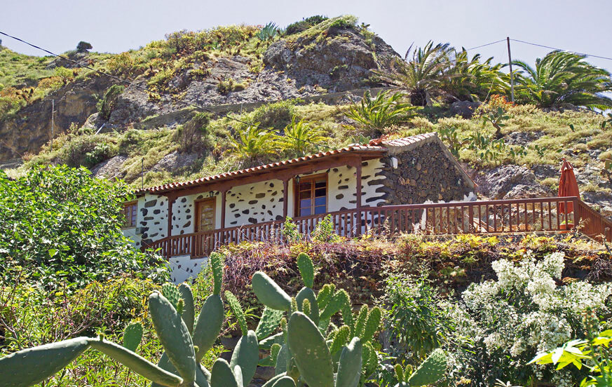 Cozy country house for two people located in the middle of a green valley of La Gomera, well equipped and decorated with nice details