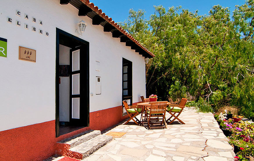 Holiday home for four people, well equipped and with a nice garden area with barbecue area, dining table and sea views