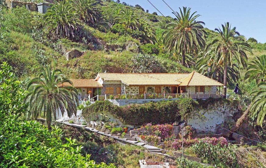 Charmant huisje voor 8 personen met een groot terras om van te genieten van het uitzicht op de weelderige natuur, gevuld met palmbomen en fruitbomen