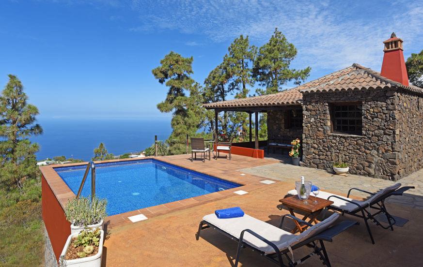 Charmigt stenhus för två personer, med privat pool och grill, vackert belägen med utsikt över tallskogen och havet
