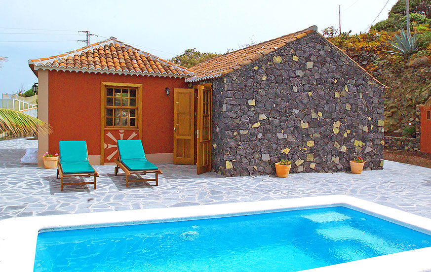 Holiday home for two people with private pool and well-kept rooms in a beautiful area with sea views in the mountains of Mazo