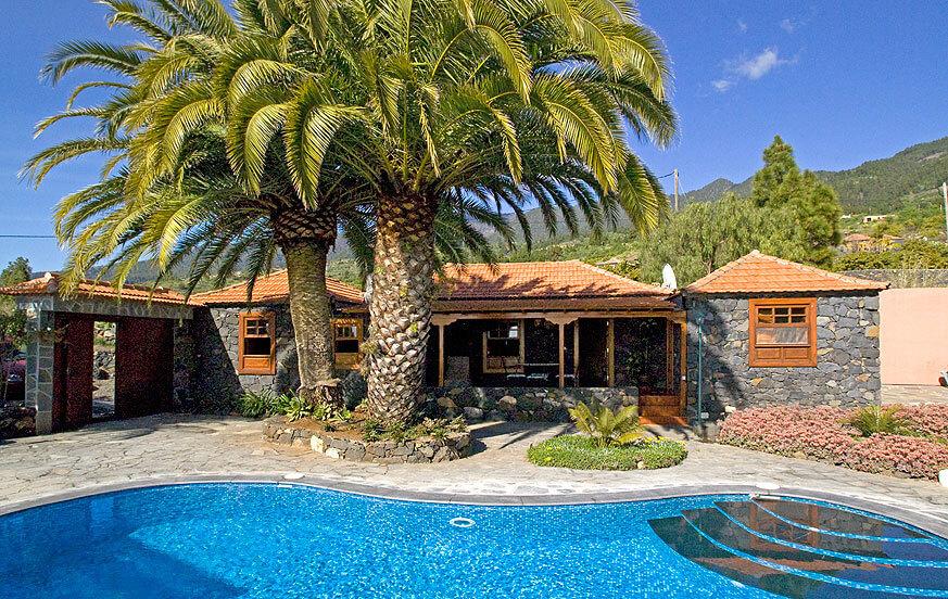 Vackert två sovrum stenhus med en vacker trädgård med majestätiska palmer och privat pool med saltvatten system