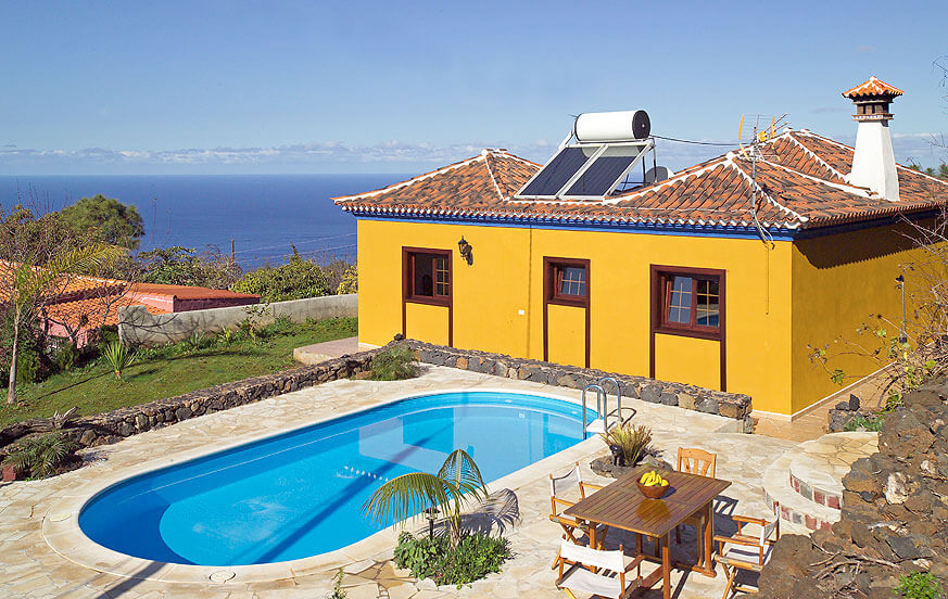 Charmerende 2-værelses sommerhus med rustik interiør, privat pool og smuk panoramaudsigt over Atlanterhavet