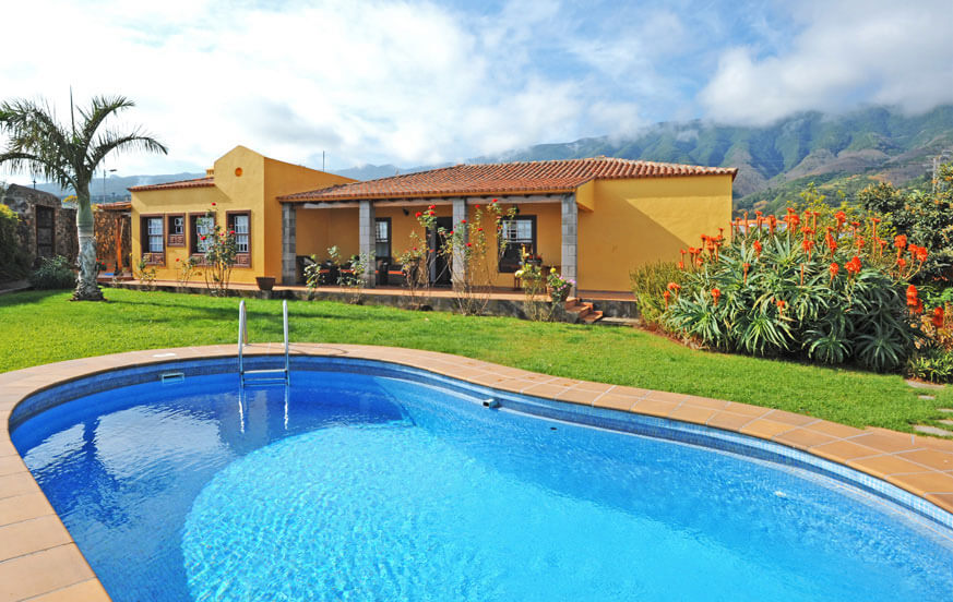 Holiday house with private pool in a quiet, intimate and rural area of Breña Baja near the capital and the beach