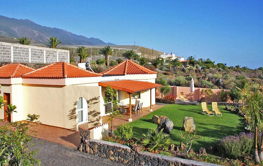 Romslig villa med privat hage, fantastisk utsikt over sjøen og felles svømmebasseng