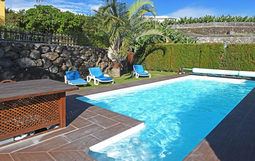 Hyggelig feriehus med privat basseng og utsikt over sjøen i en fredelig beliggenhet midt bananplantasjer