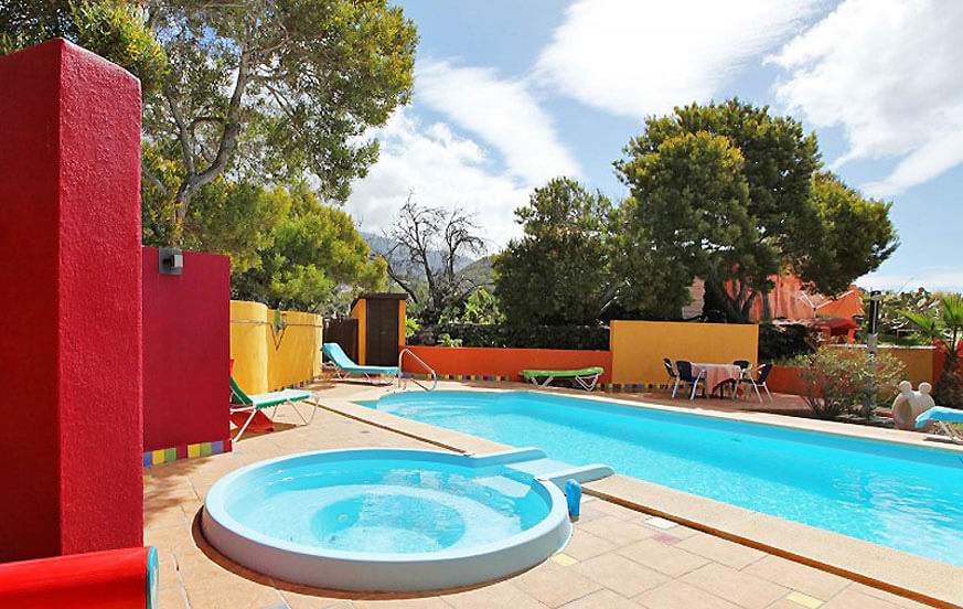 Beautiful holiday home with a communal pool area which has a jacuzzi and a counter current swimming system