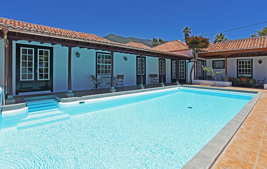 Ferienhaus mit schönem Aussenbereich, gepflegtem Garten und privatem Salzwasser-Pool.