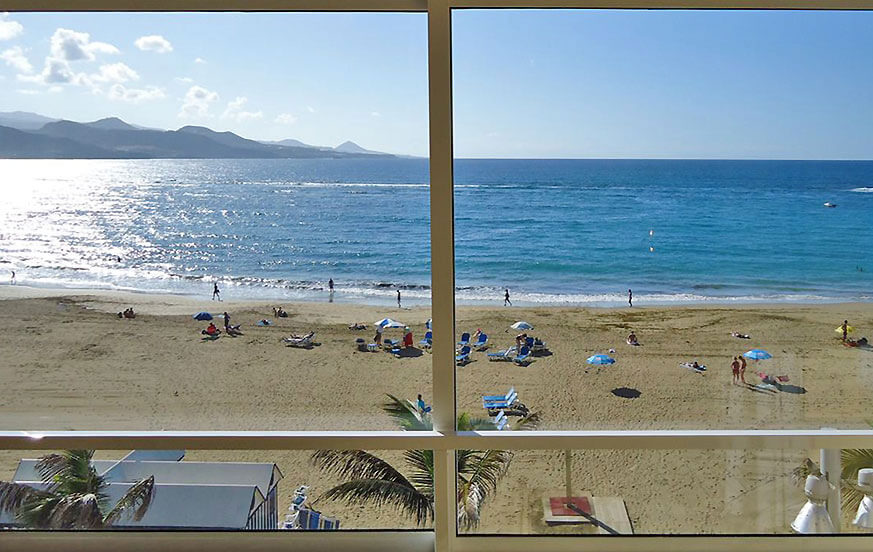 Beautiful apartment rental on the fourth floor of a building in first line to the beach of Playa de las Canteras in Las Palmas