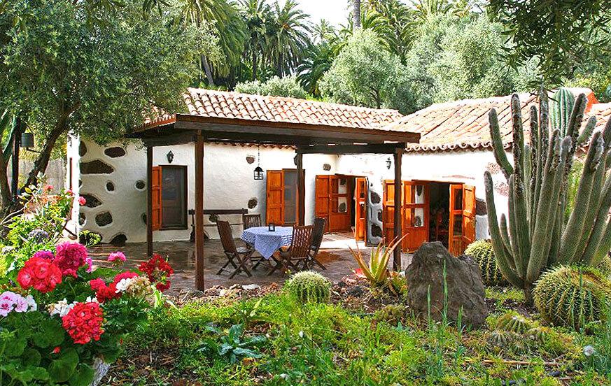 Traditionell arkitektur hus med pool och vackra trädgårdar på landsbygden i Santa Lucía de Tirajana
