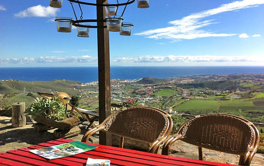Vakantiehuis met jacuzzi ligt op een groot landgoed met een prachtig uitzicht op de zee en de bergen
