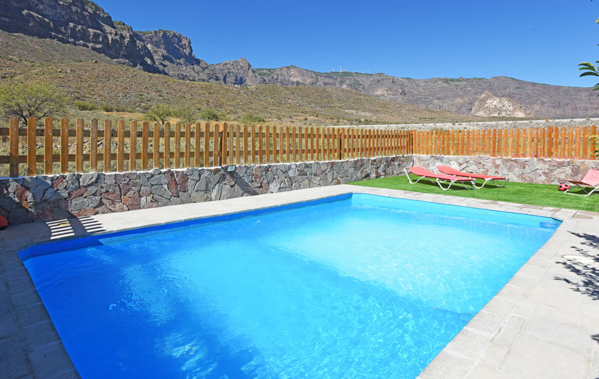 Country house with large private pool in a quiet rural location overlooking the mountains of central Gran Canaria