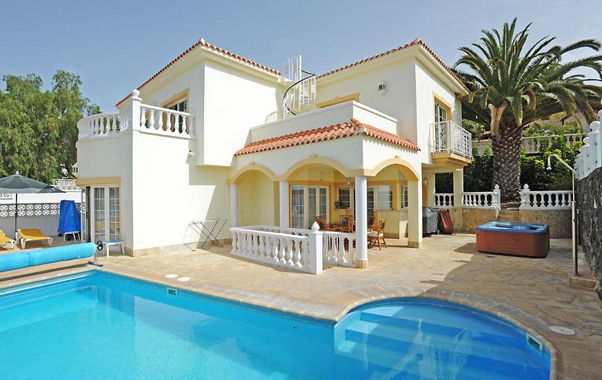 Romslig feriehus med basseng for en avslappende ferie i et boligområde i Chayofa