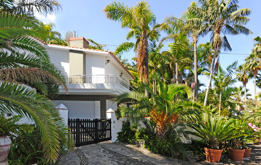 Holiday house with a large garden area and beautiful sea views on the island of Tenerife