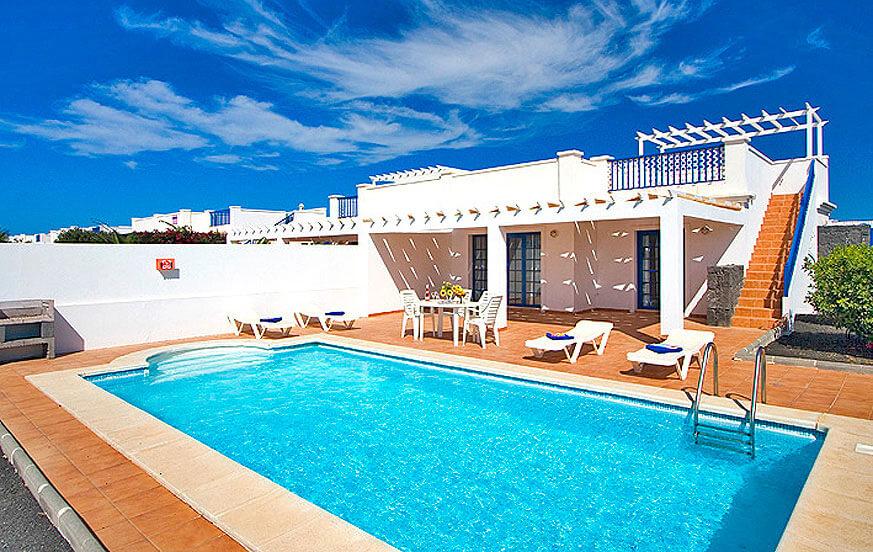 Ferienhaus im maritimen Stil mit Privatpool in einem Wohngebiet in der Nähe von Playa Blanca