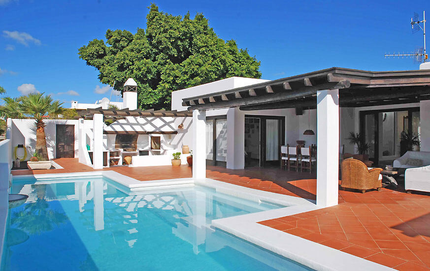Stylishly looking villa to rent in Costa Teguise with a lovely garden area, large terrace and private pool