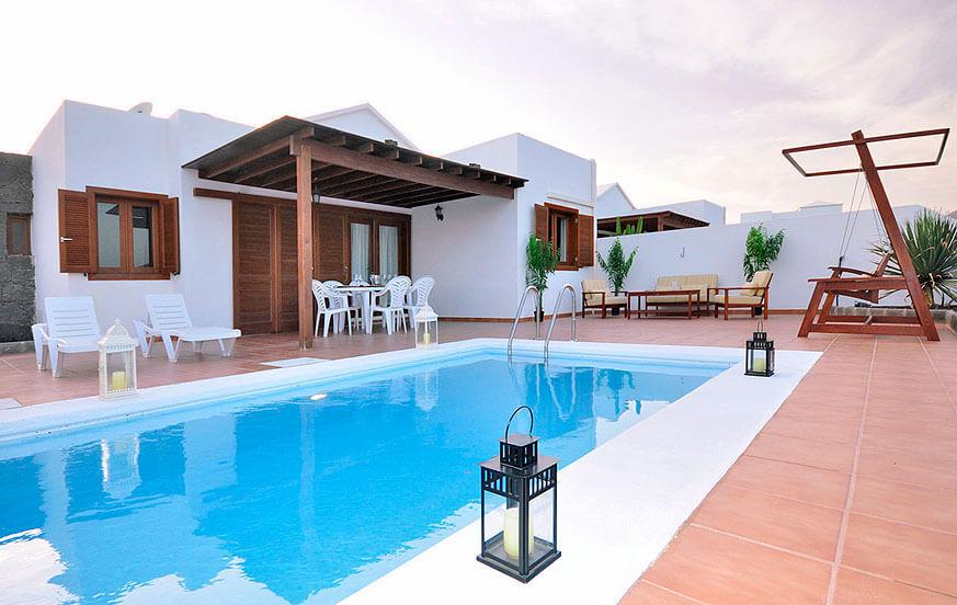 Moderna tre sovrum med privat pool och en stor terrass med utsikt över vulkaniska landskapet i Playa Blanca
