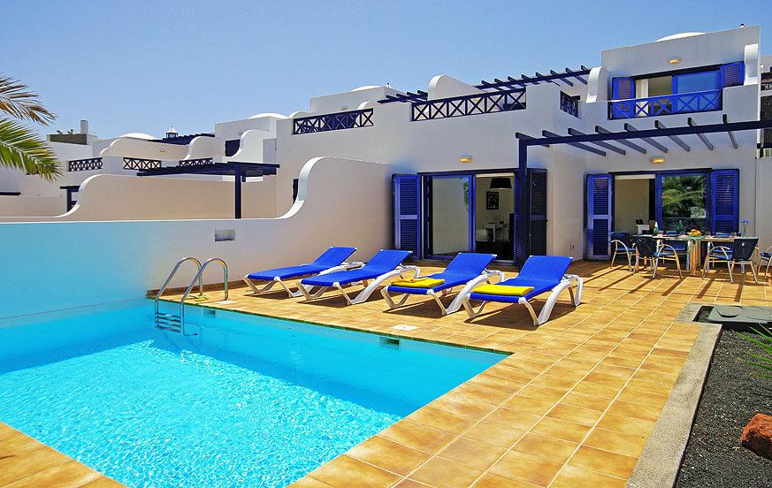 Trevligt komplex av moderna villor med privat pool nära havet och de vackra stränderna i södra delen av ön