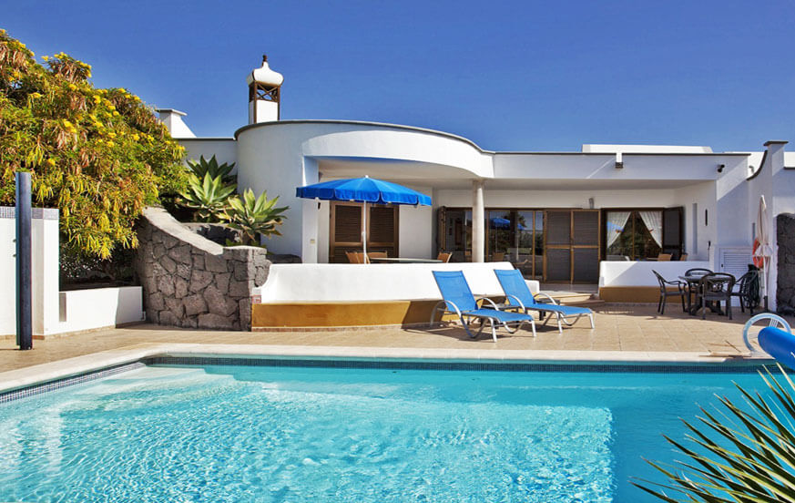 Three bedroom villa with heatable private pool in a beautiful residential complex in Playa Blanca in the south of the island