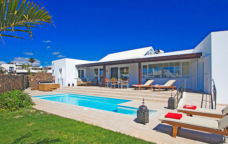 Spacious three bedroom luxury villa to rent with a modern design and a well kept garden with private pool in Puerto del Carmen