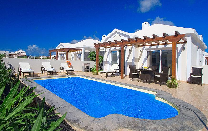 Anlage moderner und heller Villen mit grosser Terrasse und beheizbarem Privatpool in Playa Blanca