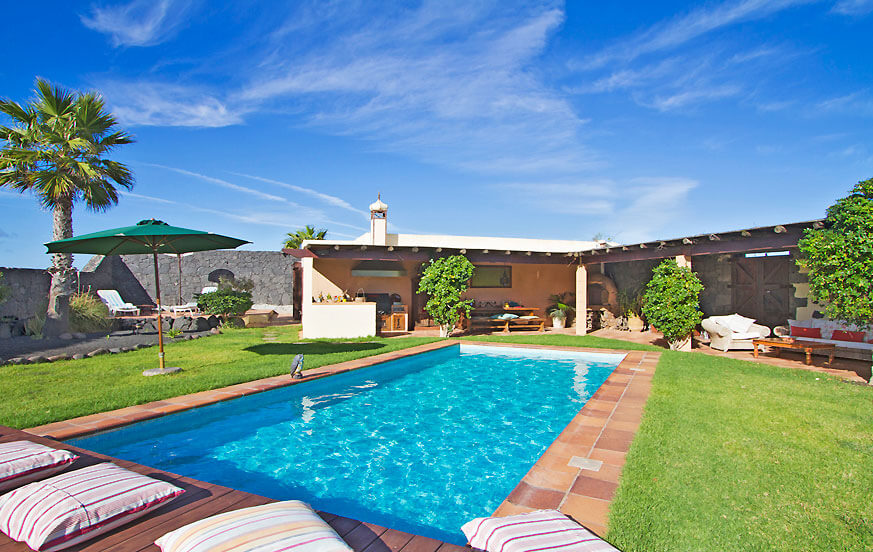 Elegant country house with three bedrooms on a large estate with private pool in the middle of the vineyards of La Geria