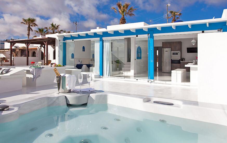 Villa de lujo en Fuerteventura de estilo mediterráneo con jacuzzi privado, una amplia zona de relax al aire libre y hermosas vistas al mar