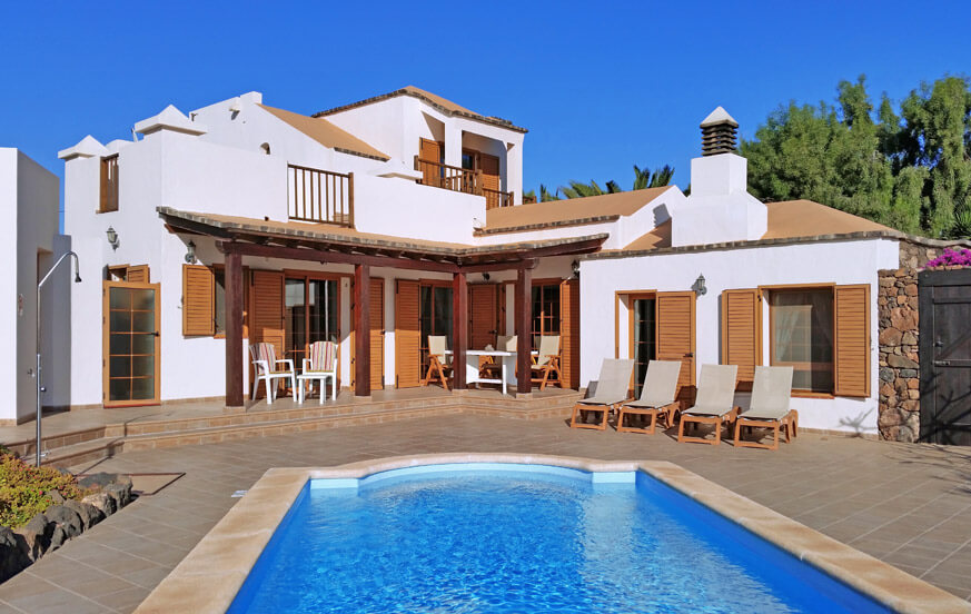 Beautiful and traditional villa to rent with large outdoor area, garden and private pool near the beautiful beach of El Cotillo