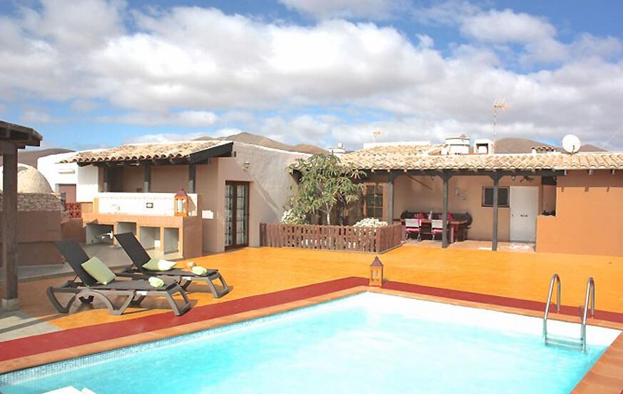 Trevlig stuga med tre sovrum med privat pool och ett trevligt utomhus område med utsikt över landskapet