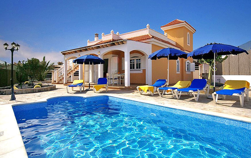Fuerteventura holiday villas with pools and three bedrooms next to the well-maintained golf course of Caleta de Fuste