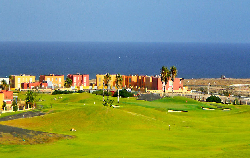 Holiday homes next to the golf course, with private pool and located near the beach in Caleta de Fuste
