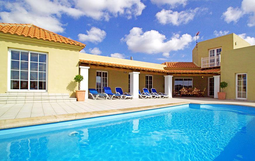 Villa mit vier Schlafzimmern, großem Außenbereich mit privatem Pool und eigenem Tennisplatz im Norden der Insel