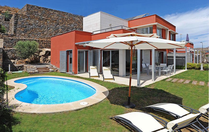 Moderne to-etagers villa, indrettet med stil og med opvarmet privat pool ved siden af golfbanen nord for Resort