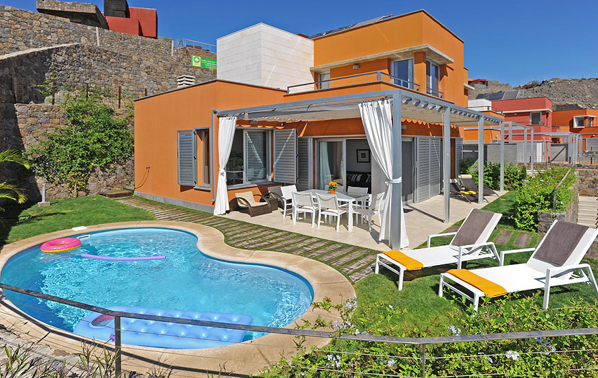 Moderne zweistöckige Villa mit gemütlichem Außenbereich mit beheizbarem Privatpool im schönen Komplex Vista Golf