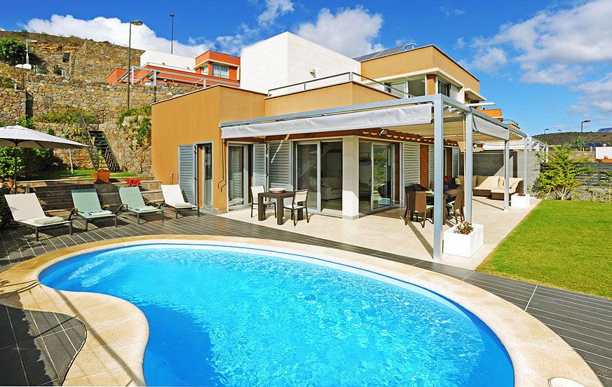 Moderne villa met een mooie buitenruimte met verwarmbaar privé-zwembad en een prachtig uitzicht over de golfbaan noorden