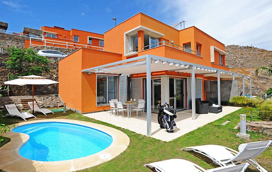 Två våningar villa dekorerad med stil, med privat pool och fantastisk utsikt över golfbanan och bergen från terrassen