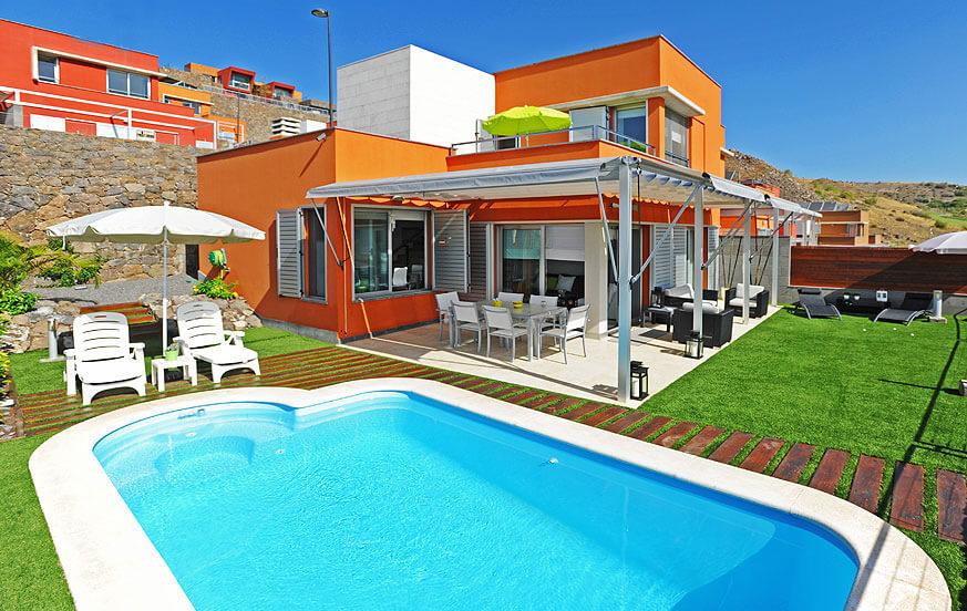 Moderne stil villa smakfullt innredet og et trivelig uteområde med privat basseng oppvarmet