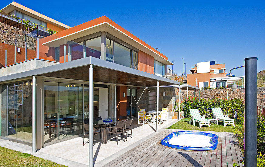 Helle und stilvolle Villa mit 2 Schlafzimmern und großem Außenbereich mit Whirlpool und Blick auf den Golfplatz