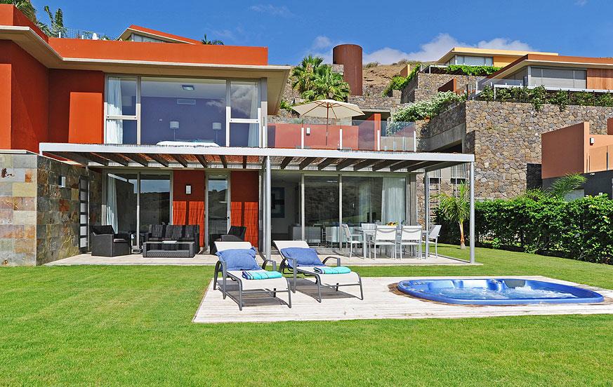 Stilvolle Villa direkt am Golfplatz mit hellem Interieur und einem Garten mit schöner Aussicht