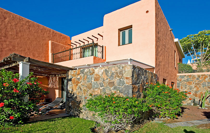 Three bedroom villa with nice garden and large communal pool in the complex Salobre Morro Golf overlooking the golf course
