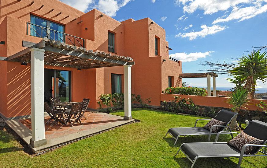 Dwa pokoje w willi z ładnym ogrodem z widokiem na złe i na polu golfowym oraz dużym basenem komunalnym
