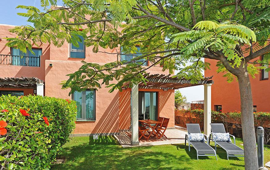 To værelses villa med en dejlig have, med udsigt over golfbanen, bjergene og havet og stor fælles pool